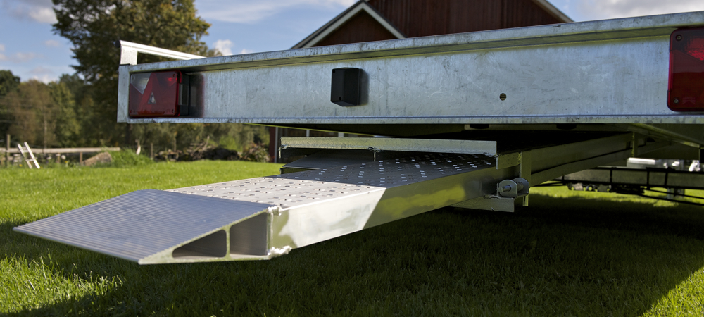 Ramper med hållare på biltrailer AT406