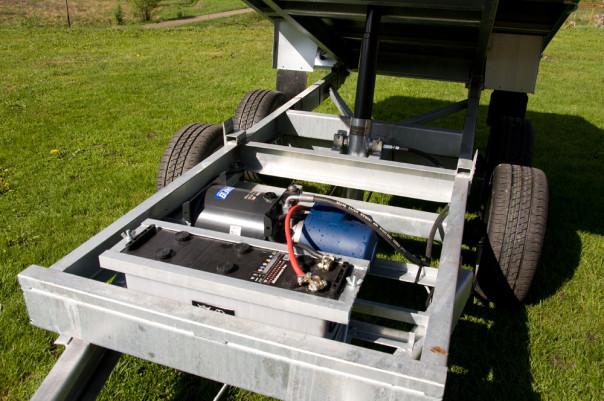 Tippsläpet kan fås med elhydraulisk tipp. Ett kraftfullt batteri ingår.