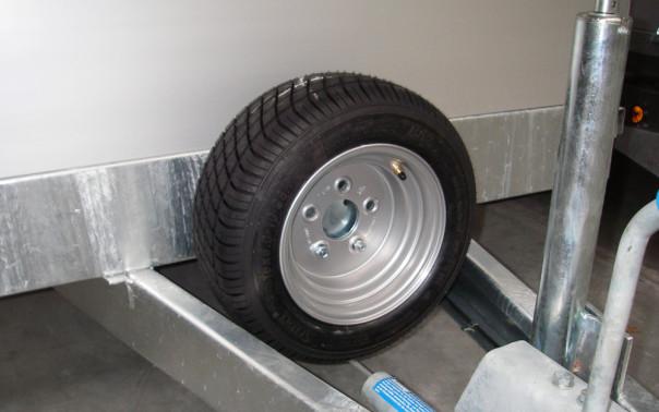 Reservhjul med hållare på flaksläpvagn